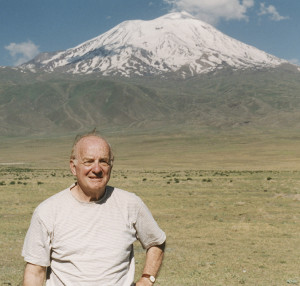 Robert Aram Kaloosdian, standing in front of Mount Ararat, 1999. Photo by Carolyn Mugar